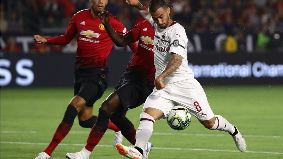 Suso dispara a portería durante un amistoso veraniego con el Milan.