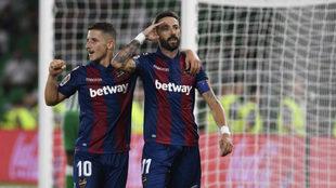 Morales y Bardhi celebran uno de los goles del Levante en el...