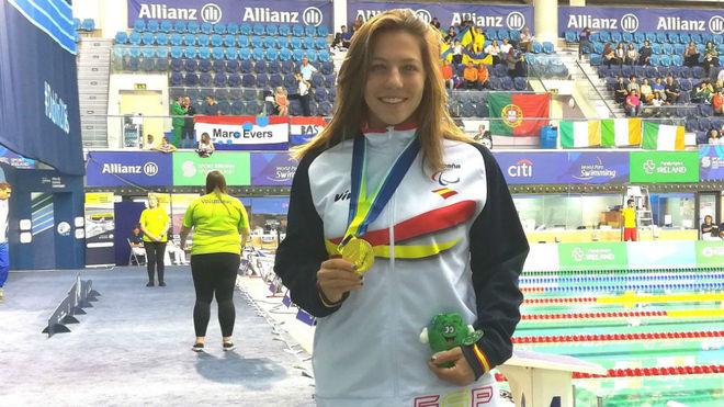 Nuria Marqués con luce su medalla europea.