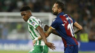 Junior y Morales, en una acción del Betis-Levante.