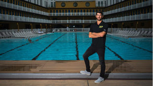 Michael Phelps posa ante una piscina