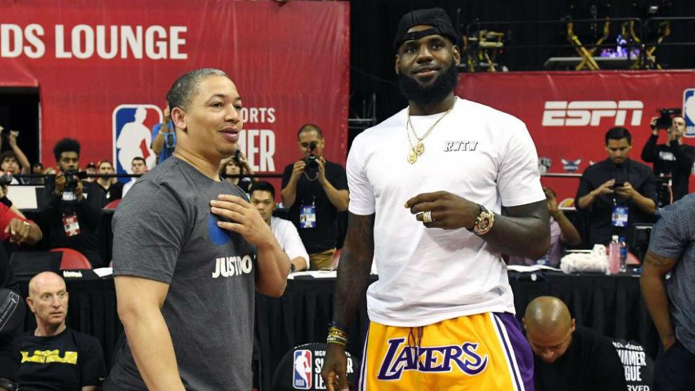 LeBron James habla con su ya exentrenador Tyronn Lue.