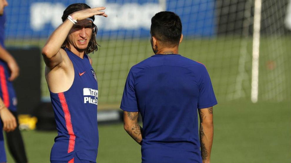 Filipe Luis junto a Correa durante un entrenamiento del Atlético.