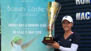 Elia Folch posa con el trofeo de ganadora.