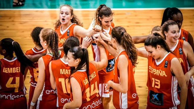 Las jugadoras de la selección se felicitan durante el partido
