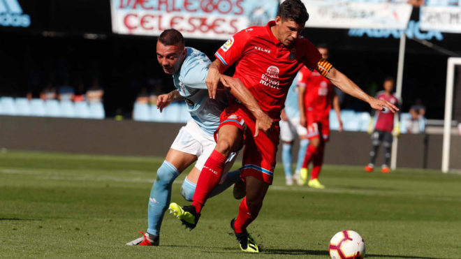 Iago Aspas fights for the ball.