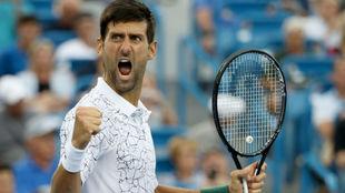 Djokovic levanta el puño