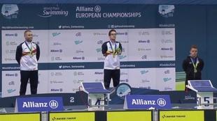 David Sánchez, en el centro, logró el oro en 50 mariposa S6.