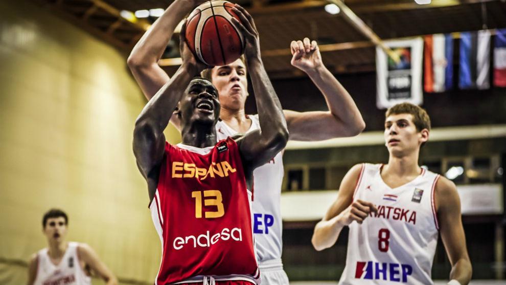 Usman Garuba intenta anotar ante la defensa croata