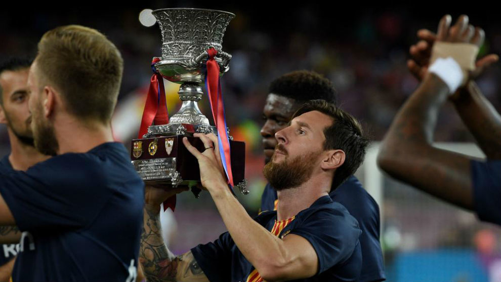 Messi holds the 2018 Supercopa trophy.