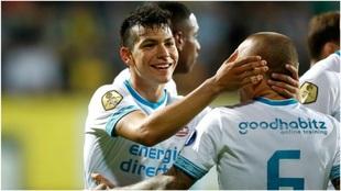 Lozano es felicitado por Angeliño tras el 0-1 del PSV.