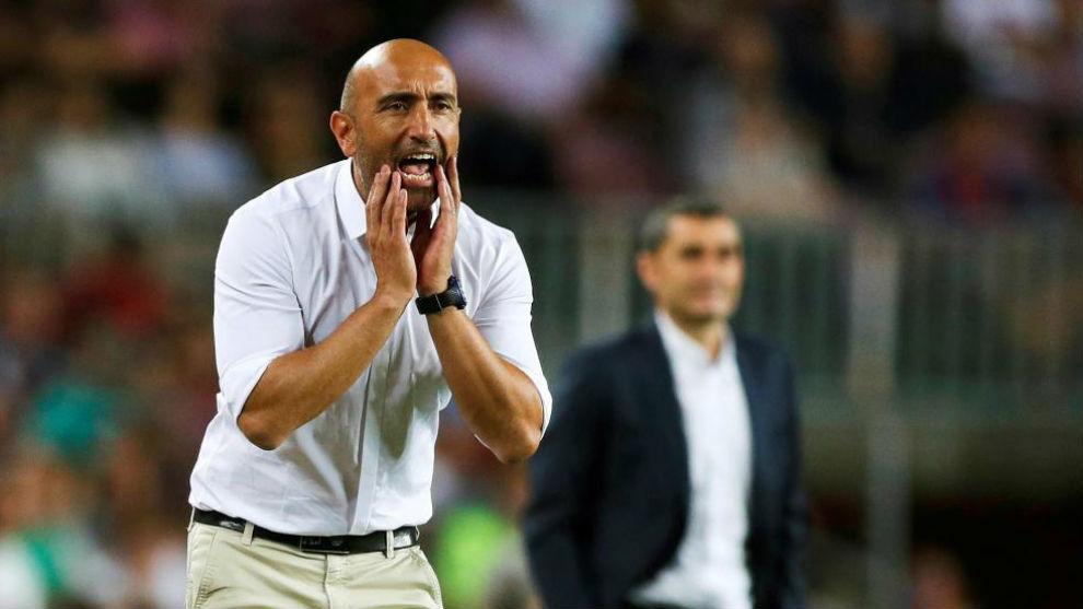 Abelardo da instrucciones durante el choque en el Camp Nou