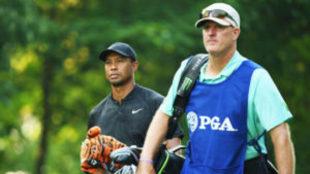 Joe LaCava, junto a Tiger Woods, durante el pasado PGA Championship.