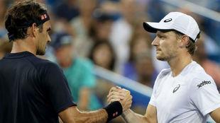 Federer saluda a Goffin en la red