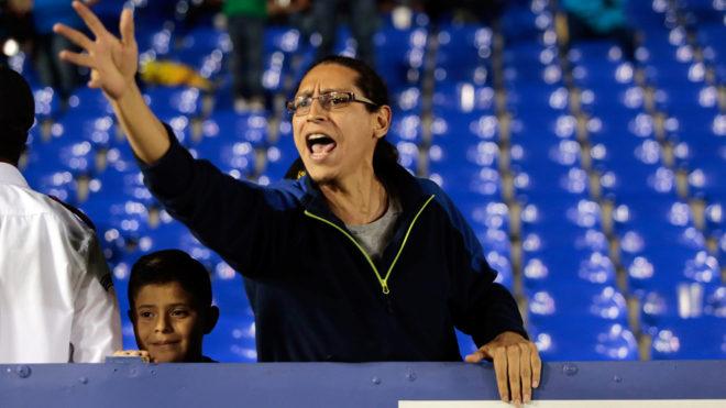 Una mujer grita en las tribunas del inmueble