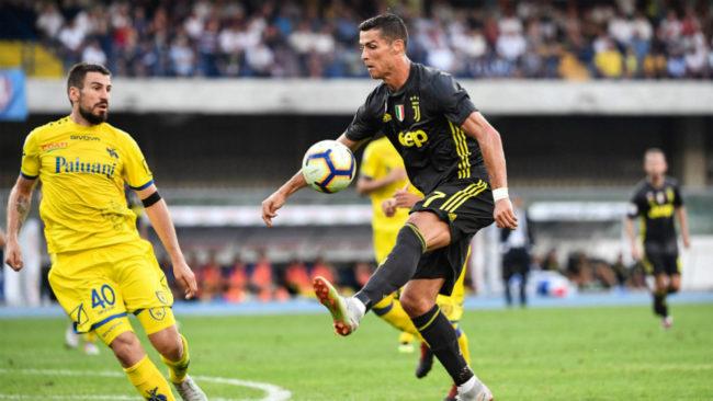 Cristiano controla el balón durante un lance del duelo frente al...