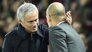 Mourinho saluda a Pep Guardiola en un partido entre el Manchester...