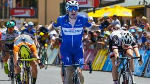 Elia Viviani celebra una victoria de etapa en el Tour Down Under.