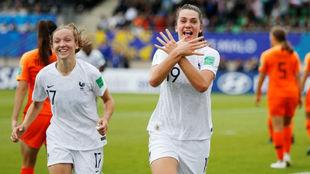 Amélie Delabre celebra un gol ante Holanda en el Mundial sub 20.