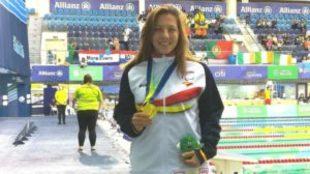 Nuria Marqués, con uno de sus oros.