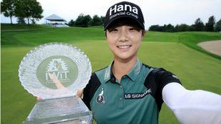 La coreana Sung Hyun Park, con el trofeo