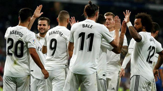 Los jugadores del Real Madrid celebran uno de los goles ante el...