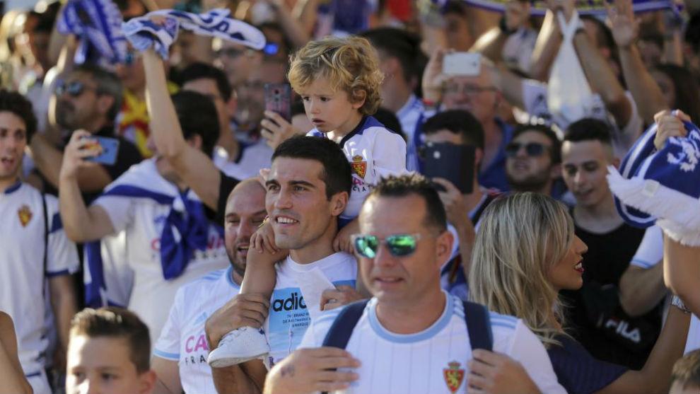 Zapater disfruta en la llegada de su equipo a La Romareda.