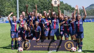 Las jugadoras del PSG posan con el trofeo de campeonas del torneo.