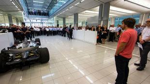 Alonso, de visita ayer en McLaren donde explicó a los empleados que...