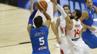 Alessandro Gentile lanza por encima de Nikola Mirotic en el EuroBasket...