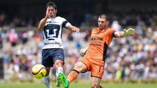 Volpi disputa un balón ante Matías Alustiza