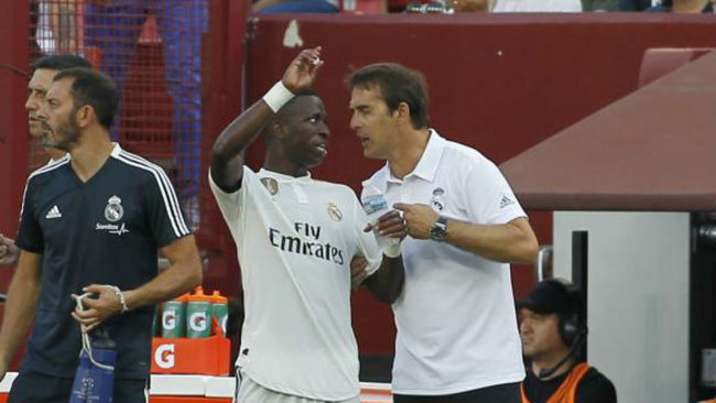 Vinicius speaks to Lopetegui in a tour match