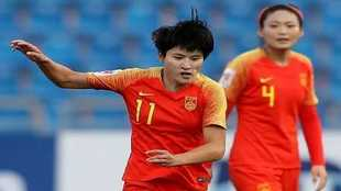 Wang Shanshan, con el dorsal 11, durante un partido con la selección...