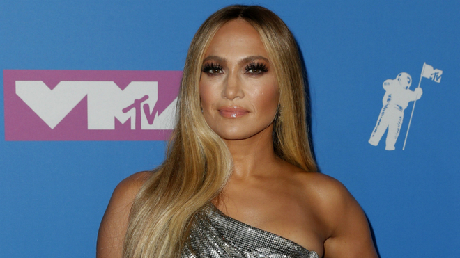 Jennifer Lopez en la alfombra rosa de los VMAs 2018.