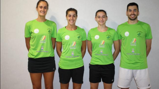 Carolina Marín, junto a sus compañeros Clara Azurmendi y Sara y Kike...