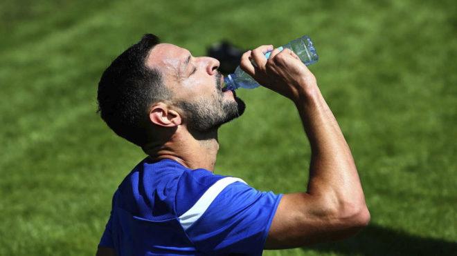 De la Bella bebe agua en un entrenamiento.