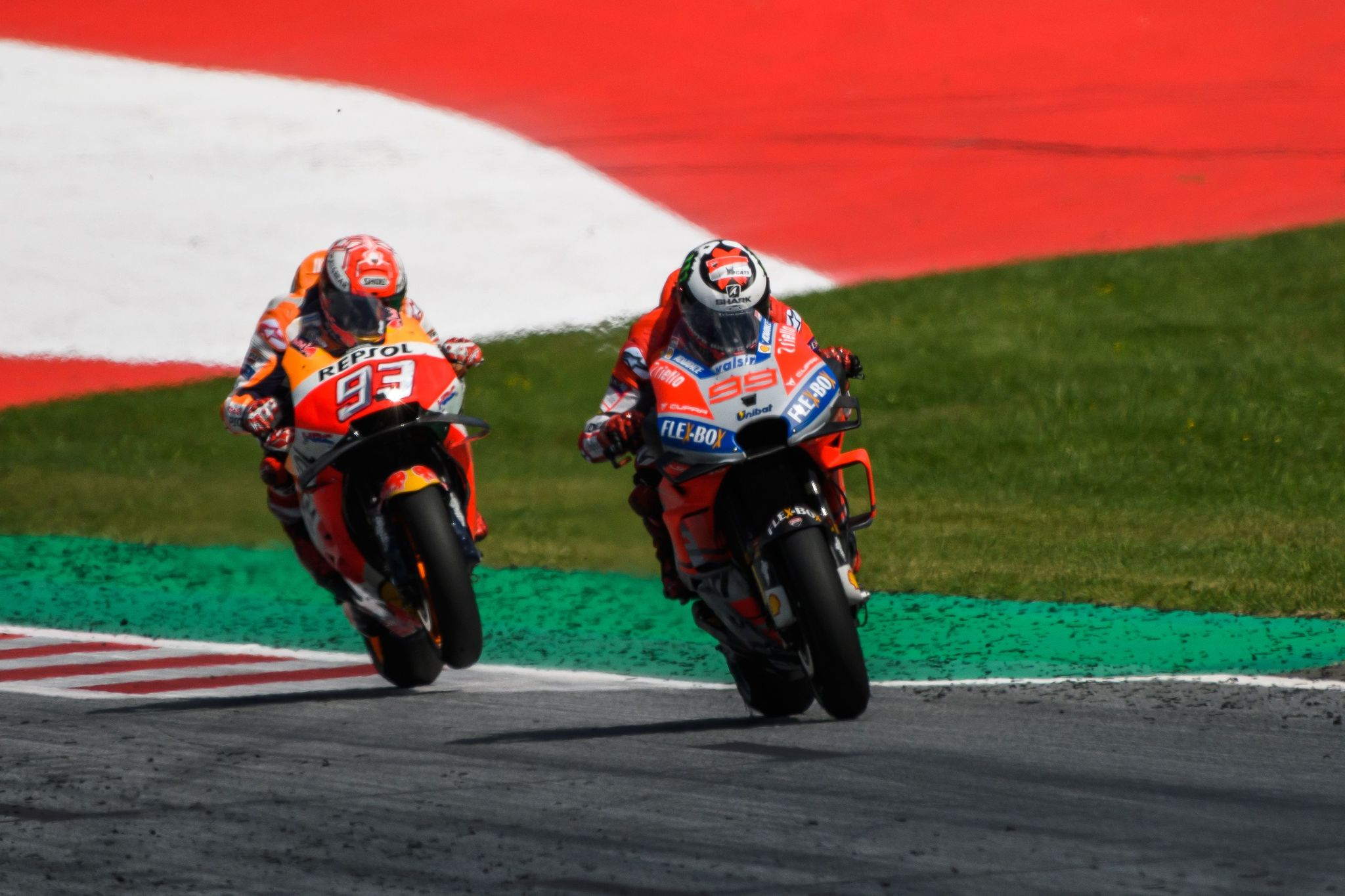 Jorge Lorenzo, por delante de Marc Márquez durante el Gran Premio de...
