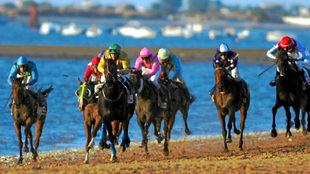 Carreras de caballos en las playas de Sanlúcar de Barrameda, con...