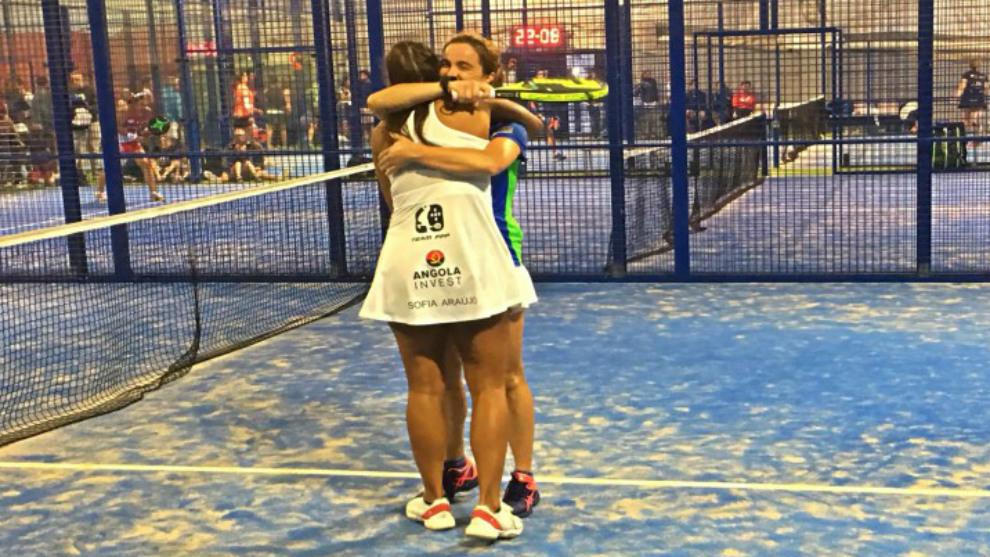 Sofía Araujo y Meli García se abrazan tras su triunfo inicial