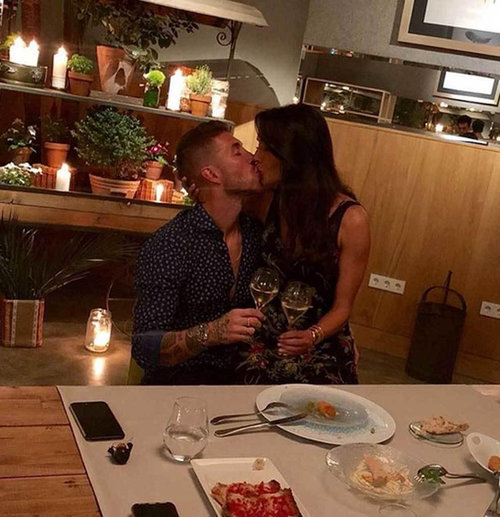 Sergio Ramos besando a Pilar Rubio en su sexto aniversario