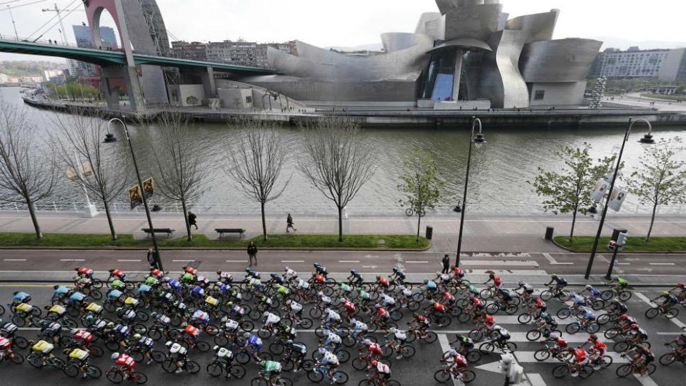 El pelotón pasa junto al Museo Guggenheim de Bilbao durante La Vuelta...
