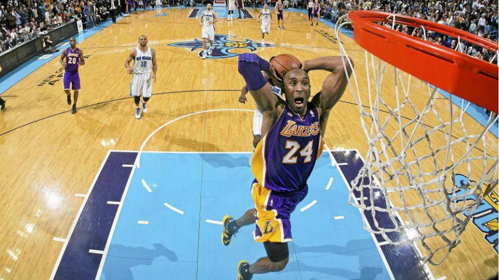 Kobe Bryant se dispone a hacer un mate.