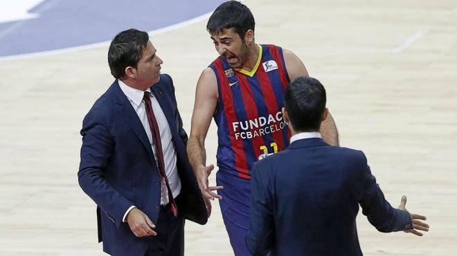 Xavi Pascual y Juan Carlos Navarro charlan durante un partido del...