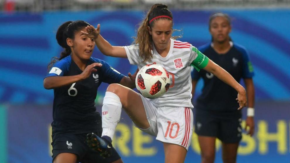 Maite Oroz puja por un balón durante la semifinal ante Francia.