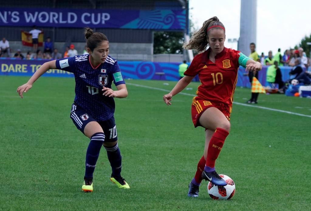 Maite Oroz puja con una jugadora japonesa en el partido de la fase de...