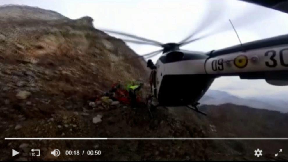 El helicóptero durante el rescate de la víctima en la ladera sur del...