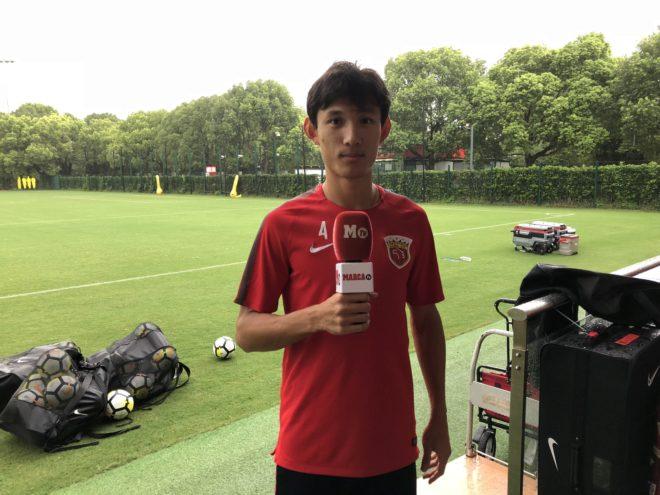 Wang Shenchao posa con el micrófono de MARCA en las instalaciones del...