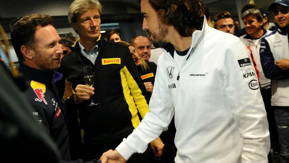 Horner felicita a Alonso en Sochi 2015, por sus 250 GPs en F1.