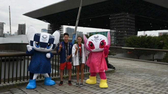 Los nadadores Kosuke Hagino y Kylie Masse, posan con las mascotas de...