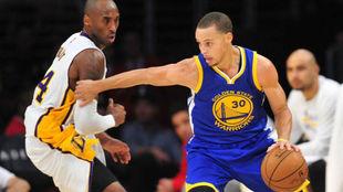 Kobe Bryant defendiendo a Stephen Curry, la estrella de los Warriors